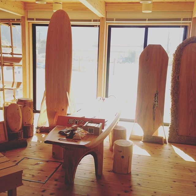 木頭杉ウッドボードKUKU徳島県那賀町林業ビジネスセンターにディスプレイさせて頂いてます!もちろん試乗も可能ですよ〜! サップもテーブルセットとしてディスプレイ。#wood#木頭杉#ウッドボード#ウッドボードKUKU#サーフィン#自然派#サーフボード#サップ#アライア#ハンドプレーン #那賀町#徳島#四国#林業#ビジネスセンター@nakawood