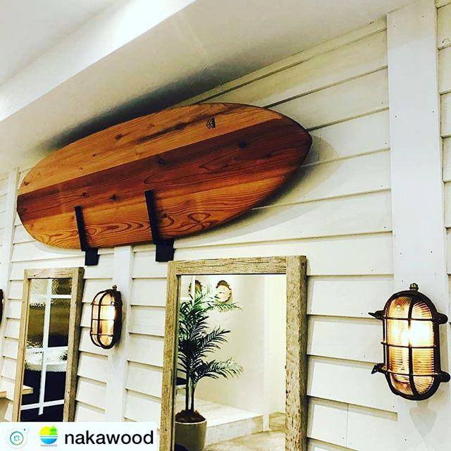 木頭杉のサーフボード美容室にカッコよくディスプレイ頂きました!