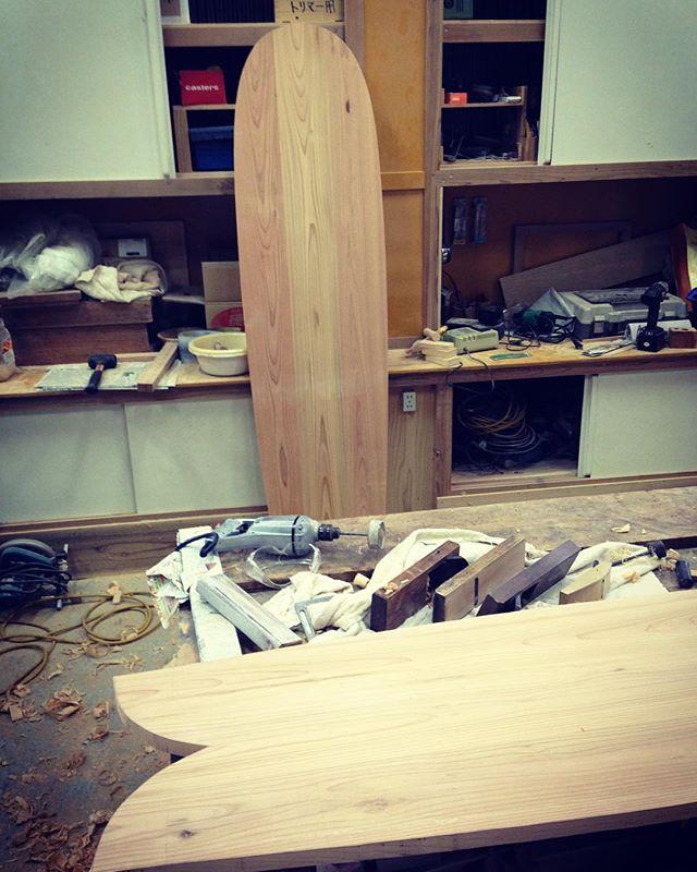 KUKUアライア新作 試乗ボードを製作してます。試乗会イベントをお楽しみに〜(^^) #ウッドボードkuku #alaia #alaiasurfboard #木頭杉#ウッドボードクク @nakawood