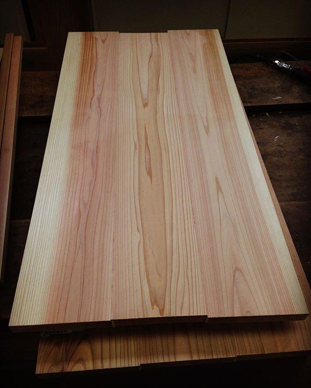 KUKU新たなモデルを製作中です!まずは、木頭杉ブランクス作り。木表と木裏、木目、白太と赤身のバランスを考えて、フィンガージョイント。#ウッドボードkuku #ウッドボード#wood#木頭杉#天然乾燥#ブランクス#ハンドメイド#木工#職人#波乗り#パイポボード#ilfaro#indianeagleyasu @nakawood