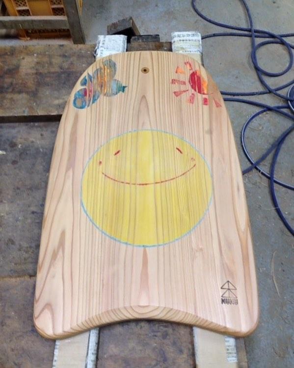 """ウッドボードkukuパイポボード""""kids""""smile.sun.birdのデザインを施し、見た目も楽しいボードになりましたよ〜(^^) #ウッドボードkuku#ウッドカービング#スマイル#bird#smile #sun#自然オイル@nakawood"""