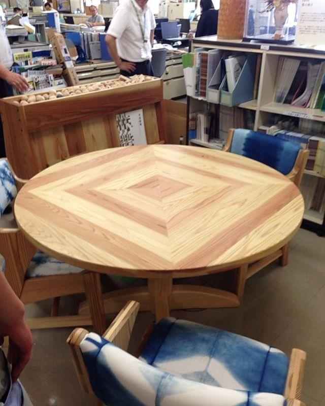 徳島県庁のオフィスで見つけたテーブル。やっぱり師匠の泉さんの作品でした。さらに、お邪魔した#フォレストバンク さんのオフィスにはオシャレな本棚が!さすがの木づかい。今日も良い方々、良い物に出会えました〜(^^) #ウッドボードkuku#徳島県庁#林業振興課#テーブル#白太#赤身#無垢材#本棚#木づかい #木育#woodaction @nakawood