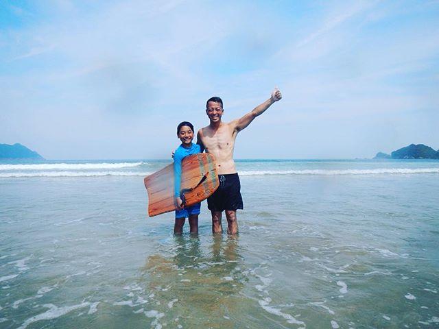 KUKUpaipoboard 長さ97.5センチ。彼にはぴったりのサイズでした。安定のテイクオフでしたよ〜。 #woodsurfboard #woodboardkuku #paipoboard #handshaped #木頭杉#grain #summer#beach#kids#bodyboard @nakawood @zen_yamamoto_