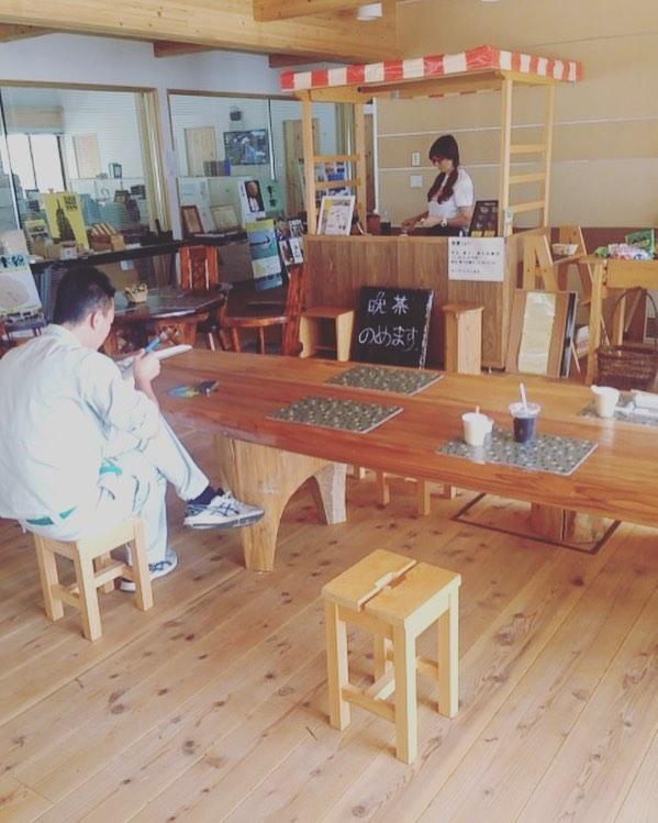 木育カフェ涼しい〜。冷えた晩茶で生き返りました〜!アイスコーヒーも手を出してます。もう動けん。#木育カフェ#冷え冷え#晩茶#晩チャイ#アイスコーヒー#kukuサップテーブル#那賀町地域おこし協力隊 那賀町林業ビジネスセンターにて!