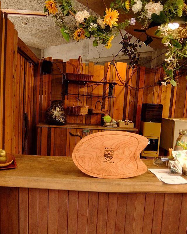 星野リゾート リゾナーレ熱海さんのカフェにてkukuプレートを置かせてもらいました〜。 #星野リゾートリゾナーレ熱海 #kuku#カッティングボード #プレート#木頭杉#ハンドプレーン#ウッドボードkuku