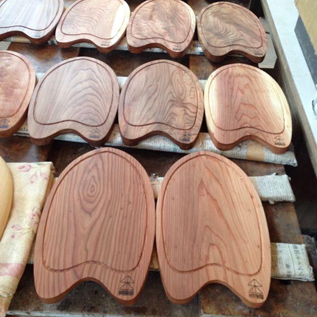 kukuプレートまもなく出荷!自然オイル塗装の乾燥待ち。一枚一枚木目の風合いがちがうので、よ〜く選んでくださいね。#カッティングボード #プレート#木製#サーフボードオブジェ #サーフボードインテリア #ハンドプレーン #木頭杉#那賀町