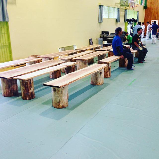 タンコロベンチ完成!残念ながら、今日の相生祭りは雨天のため、相生体育館での開催となります。#木頭杉#タンコロ#相生祭り#相生体育館#那賀高校