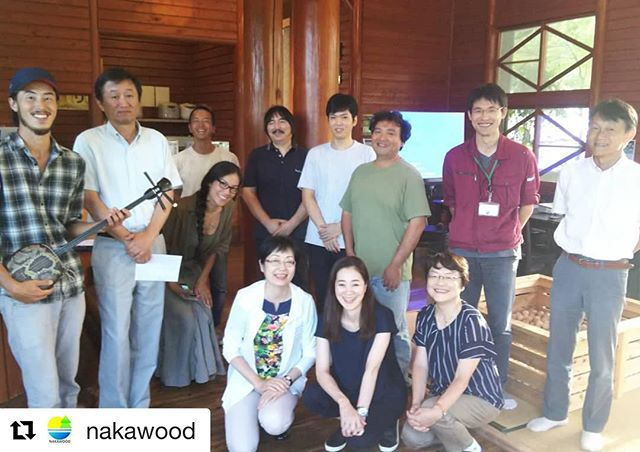 #Repost @nakawood with @get_repost・・・木工チームでミーティング!東京から日本インテリアコーディネーター協会・木づかいクラブさまに来那賀頂きました。木材加工の現場とあわせて意見交換を行いました。地域や業界として今後どうしていくのか、難しく答えのない課題です。でもでも那賀町木工、チームでチャレンジして参ります!普段一同に会する機会がないので、こうして集まれたことがまず嬉しかったです来週からは学生インターン生も合流予定、ますます盛り上げていきたいと思いますのでよろしくお願いします️ #tokushima #naka #woodwork #forest #木づかい #インテリア#nakawood #team #チーム #木製品