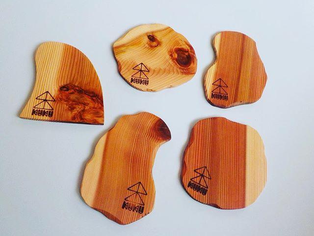KUKUコースターkukuグッズの仲間入り(^^) 焼印などのアレンジ可能です。店舗オリジナルロゴを入れてはいかがでしょうかー(^^) #ウッドボードkuku #木頭杉#コースター#キッチン用品#木製食器#焼印@nakawood