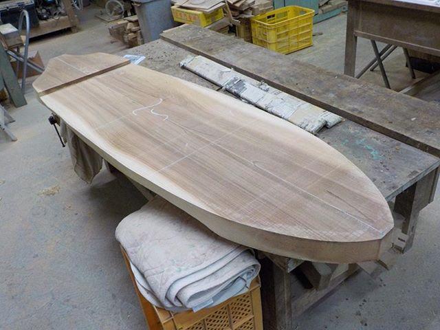 一枚板から削り出してウッドボードを製作中