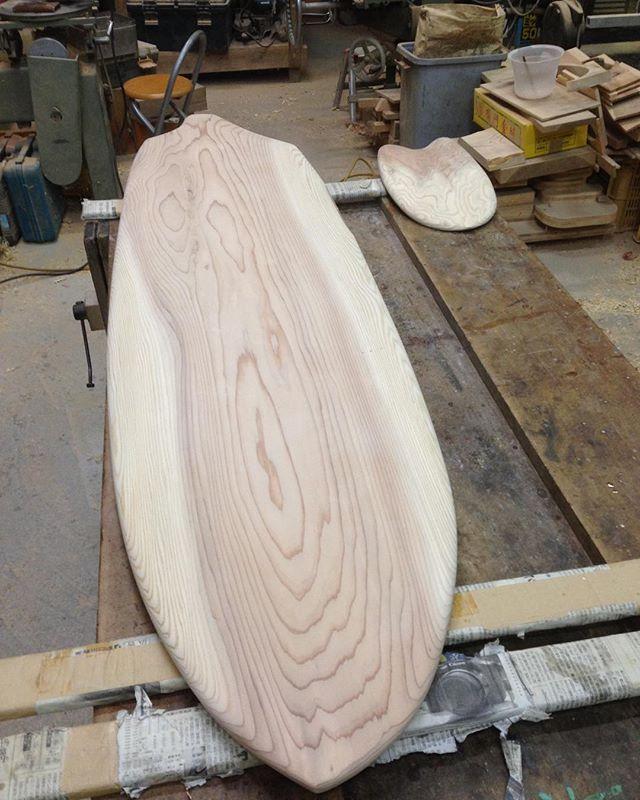 未来形サーフボード?ウッドボードの原点アライア(フィンレスボード)をkukuがアレンジするとこうなりました〜(^^)これから塗装します!この子は千葉に嫁ぎます。#ウッドボードkuku #woodboard#finless #フィンレス#木頭杉#一枚板#ハンドシェイプ#木目@nakawood