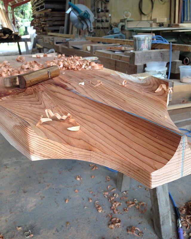 何種類ものカンナを使って独自のボトムデザインを作っていきます。#ウッドボードkuku #woodboard#木頭杉#カンナ#削り出し#ハンドシェイプ@nakawood
