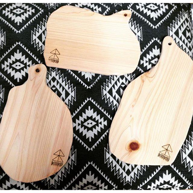 KUKUカッティングボード那賀町産ヒノキで製作してます。この自由な形が食材を選ばずマッチすると好評です〜(^^) A4サイズぐらいです。オーダーも承りますのでお気軽にご相談くださいね〜。 #ウッドボードkuku #カッティングボード#ひのき#那賀町@nakawood @mebina