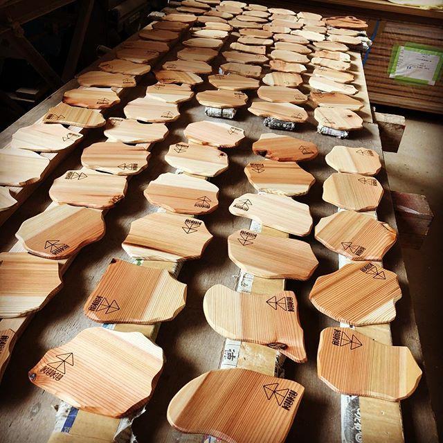 KUKUコースター塗装完了。明日納品。木頭杉の淡い色合いのグラデーションで水平線を、アウトラインは那賀町の山並みをイメージしています。山、川、海そして人をつなぐ。そんな想いを込めたデザイン。#ウッドボードkuku #木頭杉 #グラデーション#コースター#デザイン #tea#party #cafe#restaurant #bar#drink @nakawood