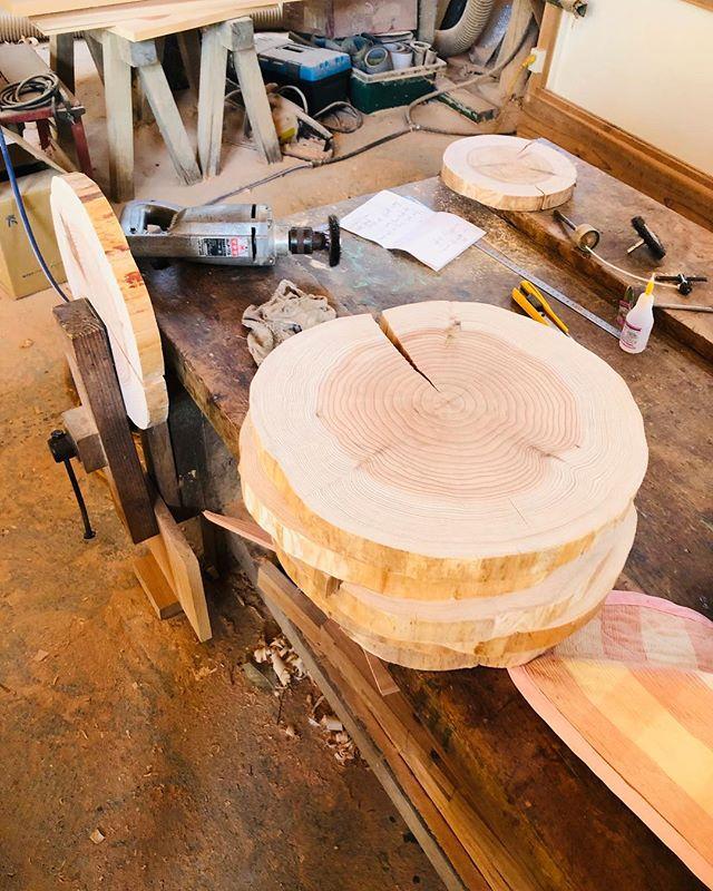 木頭杉の切り株サンディングしていくと年輪がくっきりと。60年は生きとんよなー。木はいつも大切なことを教えてくれる(^^) #ウッドボードkuku #木頭杉#切り株プレート #贈り物#年輪#卒業#門出@nakawood