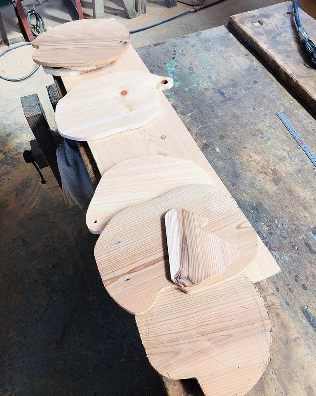 木頭杉と那賀町産ヒノキでプレートなどの試作品作り。ハンドメイドで一枚づつ仕上げていきますよー。#ウッドボードkuku #woodboardkuku #ノベルティ #木頭杉#皿 #木の皿 #dishes #ハンドメイド#一点物 @nakawood