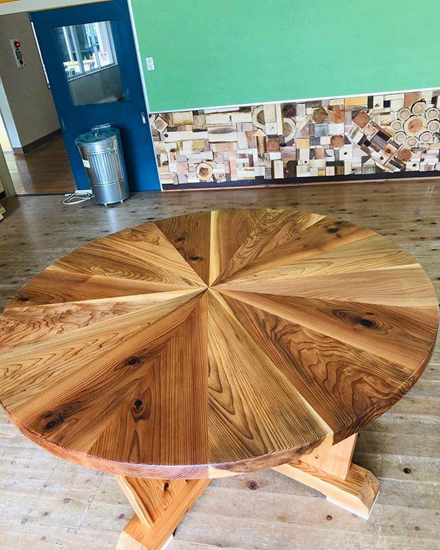 木工のレジェンドが作った縁卓。様々な年代の杉が集まり繋がる。まるで、この場所 木沢保育園のこれからを予感させるかのようなテーブル。たくさんの方々が出会う場所に。このテーブルを囲んで新たなご縁がありますように。と。匠からの粋なプレゼント!#ウッドボードkuku #木頭杉 #匠#縁#縁卓@nakawood @mebina