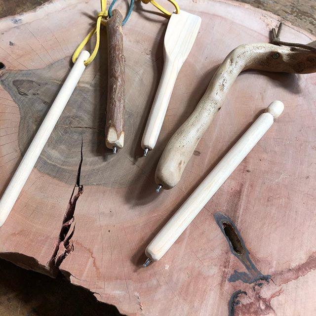 ご提案頂いてる木のボールペンの試作品にトライしてみました。使い込むと味が出て、大切なペンになると思う。きっと自分で作るのがいい気がする。#ウッドボードkuku #木のボールペン#木頭杉#小枝#ヒノキ#流木#パドル#文具#スティック@nakawood