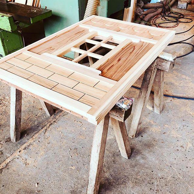 """東北の子どもたちへのプレゼント""""かくれが""""を製作してる師匠のお手伝いをさせて頂いてます。木頭杉のあらゆる部位を適切に使用して、強度を出し、木目を生かしたデザインでバランスよく製作してます。匠の技に脱帽です!#ウッドボードkuku #木工#木製#木製遊具#子ども部屋 #保育園#幼稚園#木製家具#技術習得@nakawood"""