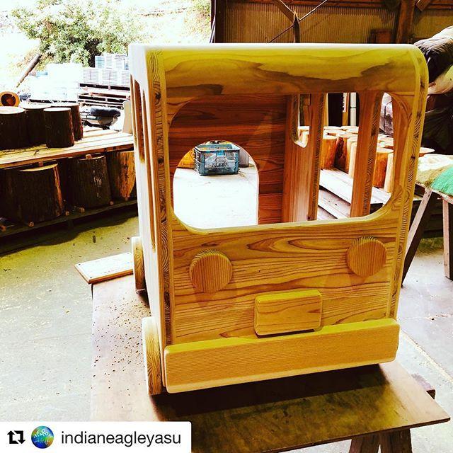 #Repost @indianeagleyasu with @get_repost・・・ウッドボード KUKUプロジェクトでお世話になってる木工場、泉林産さんのお手伝い。ついに完成!保育園の子供たちーもうちょいで届くで〜。 #ilfarosurfboard #wood#woodboardkuku #木工#木製おもちゃ #木製遊具#子供#保育園#笑顔#バス#かくれが @nakawood @mebina