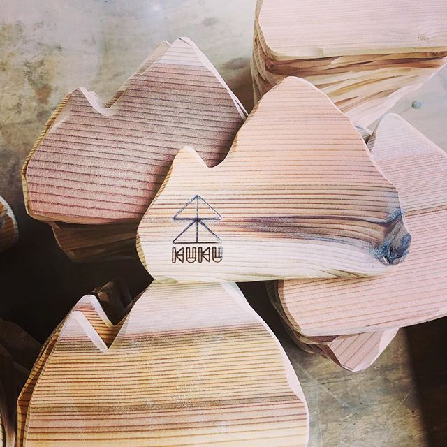 KUKUコースター製作中木頭杉の色鮮やかな木目を生かした mountainバージョンのコースターも新しいラインナップに!#ウッドボードkuku #woodcoaster #コースター#木目#木頭杉#山川海をつなぐ #wood#woodgrain #木工#製作#ハンドメイド #一点物@nakawood