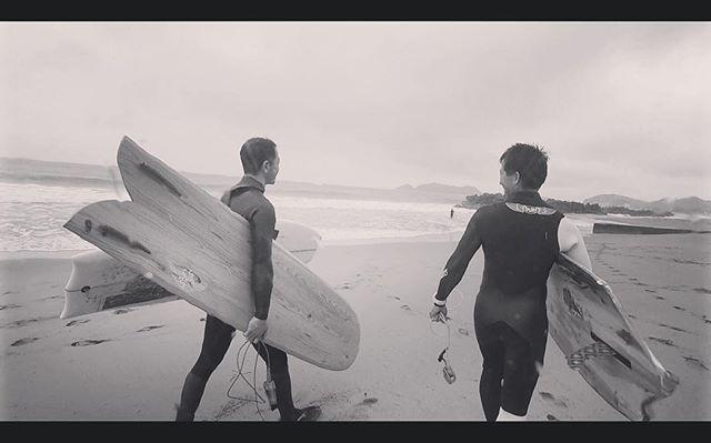 久しぶりの再会。この日のタイミングに合わせたようにシークレットポイントに良い波がヒット!ローカルのみなさんお邪魔しました。ありがとうございました。#ilfarosurfboard #ウッドボードkuku #surf#surfing #fun #gw #徳島#仲間@moonjelly_official @indianeagleyasu @nakawood @hide_kanoa @hidefoto.jp photo