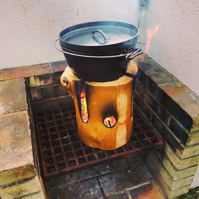KUKUトーチ 着火がめちゃくちゃ早いKUKU製の#スエーデントーチ と#ダッチオーブン で#アクアパッツァも作ってみましたー。食材からの旨味が出て最高!#ウッドボードkuku #キャンプ#bbq#アクアパッツァ #島#tipi @indianeagleyasu @nakawood
