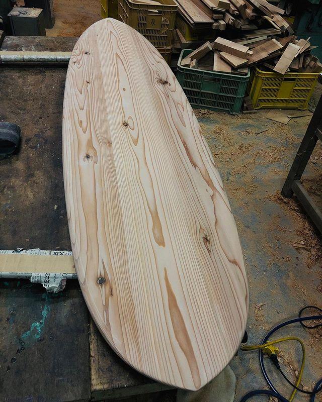 KUKUアライアP-typeシェイプ完了!今から自然オイル塗装で仕上げていきます。木頭杉ならではの木目、色合いが際立つ作品。#ウッドボードkuku #woodboardkuku#alaiasurf #woodboard #woodsurfboard #自然オイル@nakawood