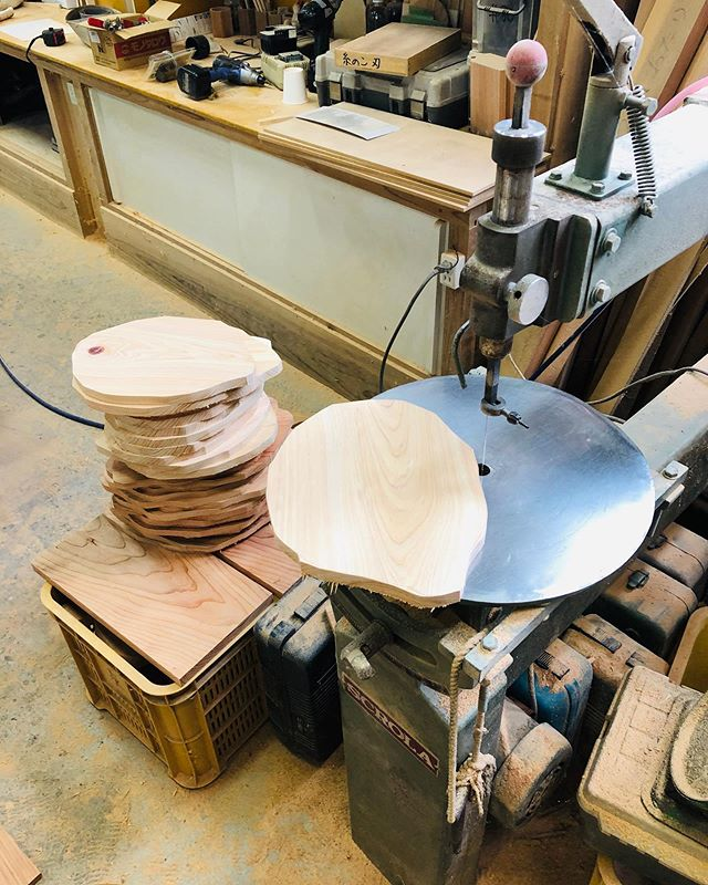 KUKU カッティングボード、BBQプレート、パーティープレートこれから、まだまだカットしていきますよー!#ウッドボードkuku #woodboardkuku #woodplate #cuttingboard #bbq #party #plate#木の皿@nakawood
