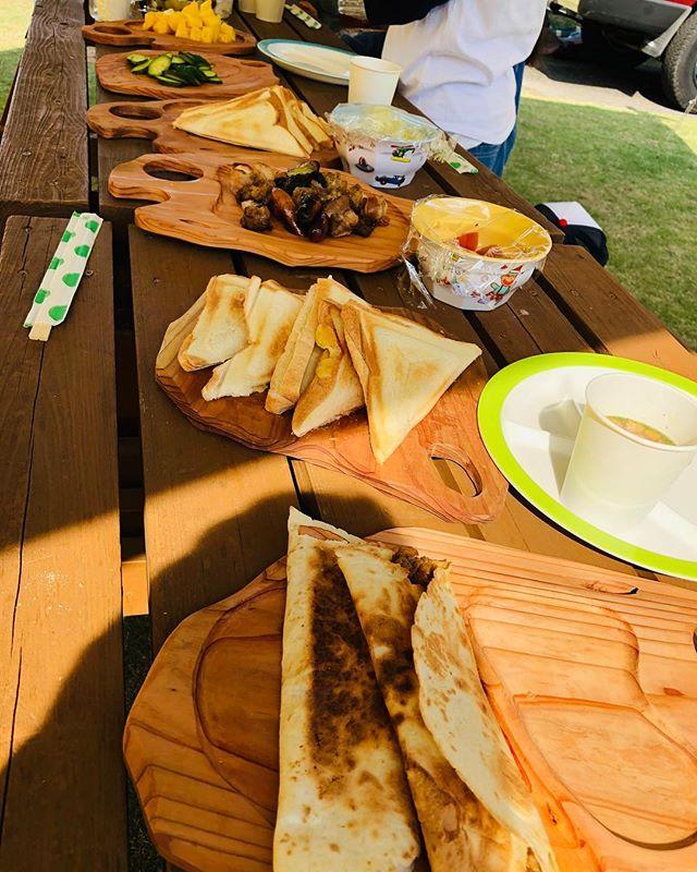 キャンプの朝食もKUKU BBQプレートとKUKUパーティープレートで!アウトドアではいかにゴミを出さないようにするかが大事ですよね。#ウッドボードkuku #木頭杉#木の皿#キャンプ#bbq #プレート@nakawood