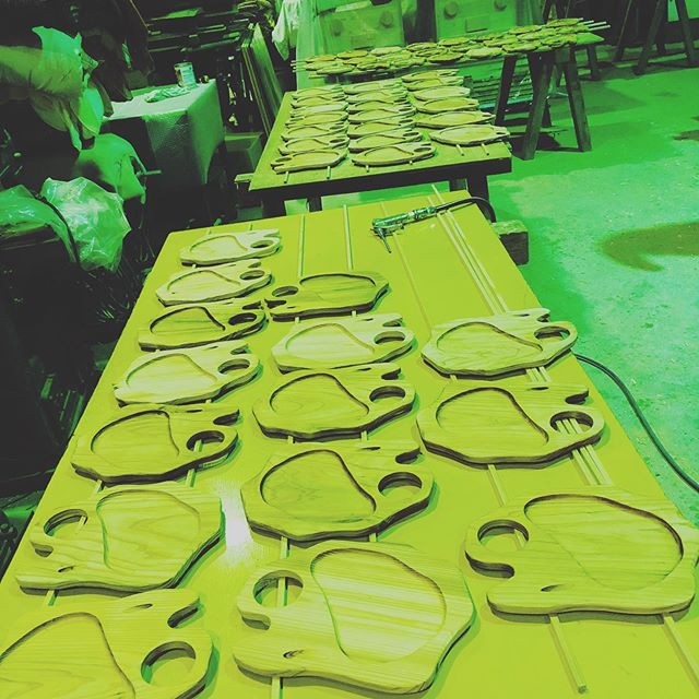 KUKUプレートたちが完成間近!塗装の工程食器用塗料にて仕上げています。月末のBBQイベントに使用してもらいます!#ウッドボードkuku #woodboardkuku #木頭杉#プレート#bbq #party #plate#木の皿@nakawood