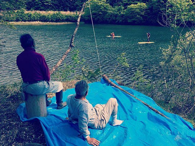 """ヨンロッパ主催のイベント田植え&サップ体験地元のレジェンドたちが見守る中、サップ体験会を開催されて頂きました。貴重な手植え田植え体験、そしておばあちゃんが作ってくれた郷土料理を頂き、地元の杉、木頭杉サップボード KUKUで遊ぶ。参加した子供達が子供らしい自然な遊び方してくれたことが嬉しい!そんな空間を作ってくれた協力隊江頭さんと海老名さん、影ながらお手伝いしてくれたドローン担当の有田隊員のおかげです。もちろん地元の方々、役場職員の皆様のご協力に感謝致します。 """"種を蒔く人""""が繋がるそんなイベントでした!#ウッドボードkuku #woodboardkuku #ヨンロッパ#いずりは#湖#田植え#手植え#体験@nakawood @mebina @hidefoto.jp @perfuquick"""