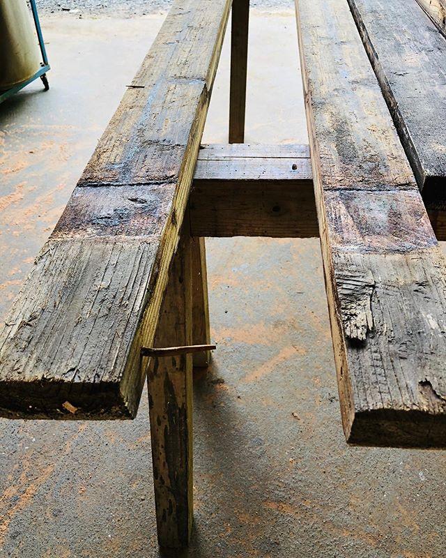 木桶再生プロジェクト木桶材の表面を丁寧に削っていく工程。つなぎ合わせるために使ったタガと呼ばれる竹釘が打たれてました。先人たちの手仕事を感じます。#woodboardkuku #ウッドボードkuku #木桶#味噌#醤油#alaiasurfing #alaiasurfboard #木桶再生@yoshinari_noda @nakawood