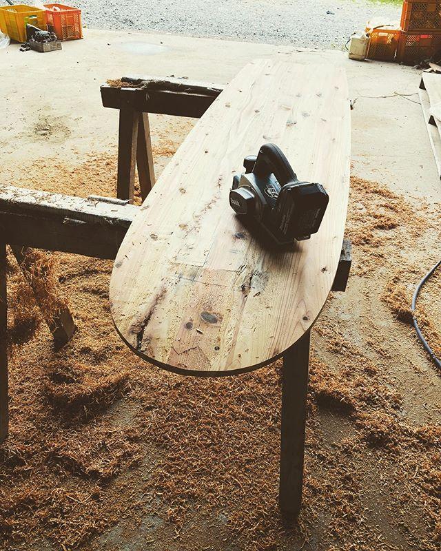 木桶再生プロジェクトいよいよシェイプ。木桶に100年間染み込んだ醤油の香りに包まれて作業してます。香ばしい粉の良い匂いが食欲をそそる〜。昼飯まで待てない(^^) #木桶再生プロジェクト #手前みそのススメ #woodboardkuku #ウッドボードkuku #杉#alaiasurfing #alaiasurfboard @yoshinari_noda @nakawood
