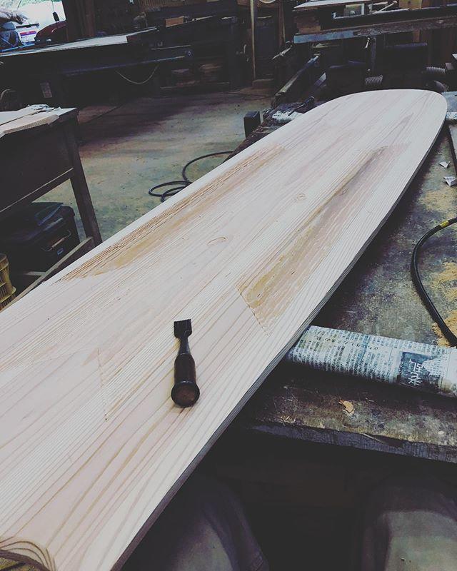 KUKU alaia2019モデルデッキ面に伝統木工技術で柄をつけ、デザイン性だけでなく、ライディングの際、滑りどめとしても効果的。#woodboardkuku#ウッドボードkuku #木頭杉 #alaiasurfing #alaiasurfboard#surf@nakawood