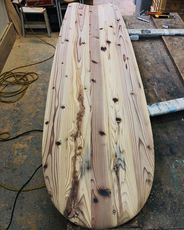 木桶再生プロジェクト100年使われてた木桶から古代サーフボード アライアへ木桶にしみ込んだ醤油や味噌が杉材に素晴らしい模様を作り出しています。雨天に苦労しながら、シェイプ完了。湿度にかなり反応して、塩分や醤油などが浮き出たり様々な表情を見せるので、まるで生き物のよう。ラストの塗装も天気と にらめっこ(^^) #ウッドボードkuku #woodboardkuku#alaiasurfing #alaiasurfboard #杉#手前みそのススメ #木桶再生プロジェクト #枡塚味噌 @yoshinari_noda @nakawood