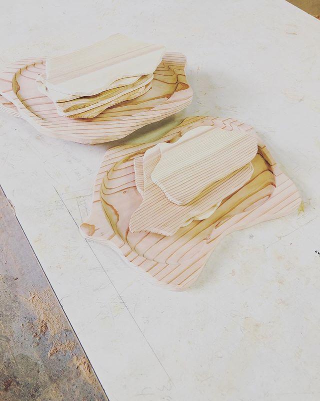 KUKUプレート、KUKUコースターの新たな展開!コラボ企画のサンプルがどんどん仕上がりました。ロゴのデザインなどの最終打ち合わせに。レーザー加工や焼印などご要望に応じて対応いたします。#woodboardkuku#ウッドボードkuku #木頭杉 #木の皿#木のコースター#kukuプレート #kukuコースター@nakawood