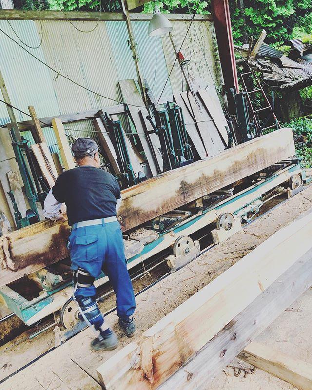 """山のこと、木頭杉のことを知り尽くした匠""""お父さん"""" 。彼のお力を借りて新たなプロジェクトに向けて、木頭杉を活用していきます。まずは製材から。#ウッドボードkuku #woodboardkuku#木頭杉 #匠#製材#国産材#surfboard#blanks@nakawood"""