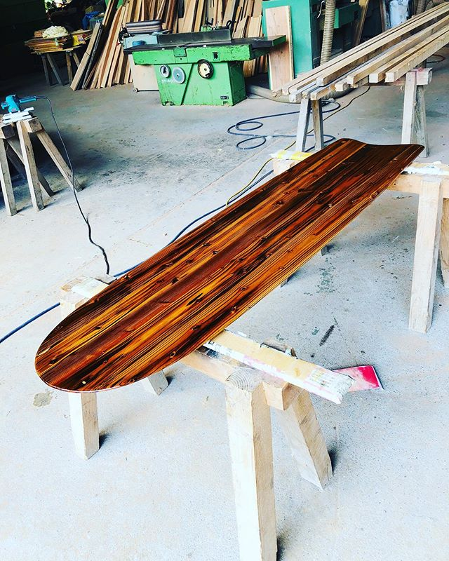 木桶再生プロジェクト最終工程の塗装100年使われてた木桶が形を変え、新たなステージに。この味わい深い色は圧巻です!毎日いろんな表情が現れた不思議な木材でした。#woodboardkuku#ウッドボードkuku#alaiasurfing #alaiasurfboard #woodsurf #味噌#木桶#木桶再生プロジェクト #手前みそのススメ @yoshinari_noda @nakawood