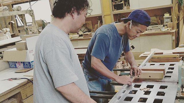木頭杉ワークショップ用の新企画まずは、サンプル作り。師匠からカッティングのテクニックを伝授してもらってます!#woodboardkuku#ウッドボードkuku #木頭杉#ワークショップ @nakawood