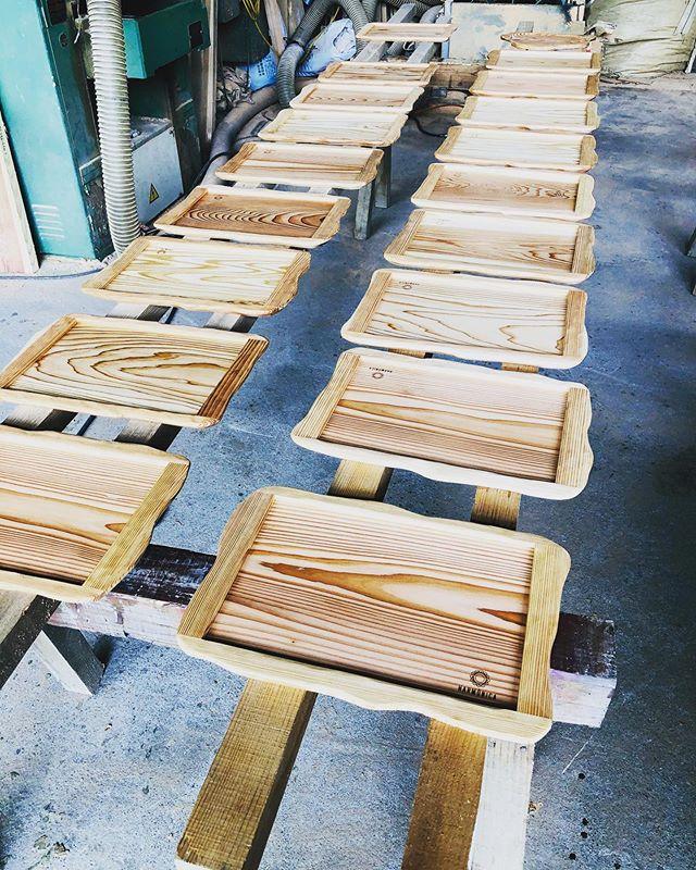 KUKU kitchenwear晴れ間が見えて、一気に塗装開始!木頭杉の木目はいつ見ても奥深い。#woodboardkuku#ウッドボードkuku #kitchenwear#woodplate #woodtray#天然木#無垢材#木頭杉 #カスタムオーダー#kukuプレート@nakawood