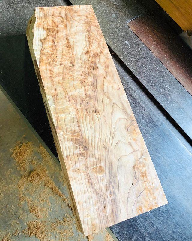 KUKUアライア2019木頭杉の希少部位を使って、オリジナルfinに!#woodboardkuku#ウッドボードkuku #alaiasurfing #alaiasurfboard #wood#woodfin #木頭杉 @nakawood