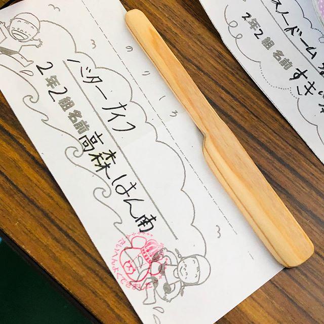 夏休み工作次女編那賀ウッドの木頭杉カトラリーDIYキットでバターナイフを作りました。ペーパーで簡単に形を整えることが出来るので、小学2年生の娘にもピッタリ。オイルもきちんと2回に分けて塗り込み仕上げました。#woodboardkuku #木頭杉#ワークショップ#カトラリー#diy #バターナイフ#夏休み工作 #木育@nakawood