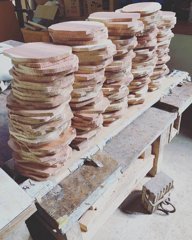パンケーキタワーのようになってますが、KUKUコースター製作中です。いよいよ木工に最適な季節に。お待たせしてるオーダー分、どんどん製作していきますよー!#woodboardkuku #木頭杉 #ウッドコースター#wood#coaster @nakawood