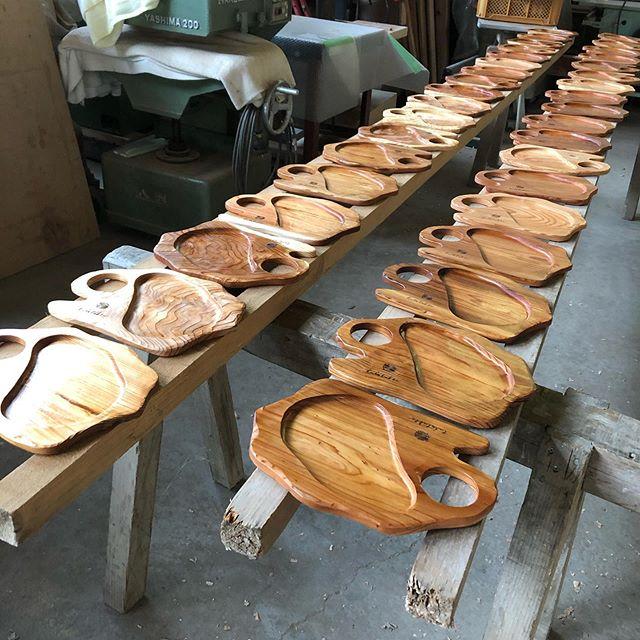 KUKU BBQプレートオーダー分 塗装中!一枚ずつ表情が違う木頭杉。個性があっておもしろい!#woodboardkuku#木頭杉#woodplate #bbq #outdoor #party #プレート#camp #木製食器 @nakawood