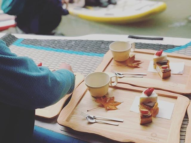 SUPカフェ優雅なひととき@patisserie_harmonica さんがプロデュースしたSUPカフェ!KUKUトレーも使って頂きました(^^) #woodboardkuku#sup#カフェ#湖#ヨガ#スイーツ#紅葉#kukuトレー#木頭杉#woodtray @patisserie_harmonica @woodboardkuku @nakawood