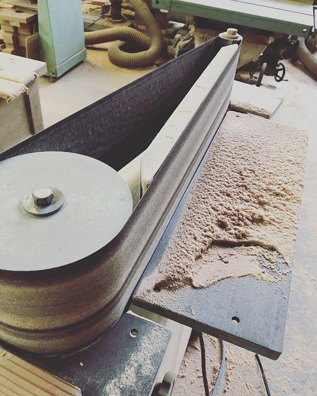 KUKUボードたちの製作に欠かせない機械。気持ち良いぐらい削れるベルトサンダ。#woodboardkuku#木頭杉#ベルトサンダ#削る#磨く#回転数高め @nakawood