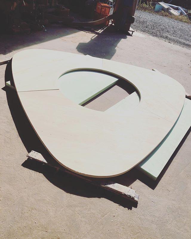 ヨンロッパカフェのテーブル。見事に3枚がぴったり合いましたー。ドキドキの瞬間。手作業なので、墨ひとつ分で誤差が出てしまいます(^^) #woodboardkuku#那賀町産#ひのき #テーブル#table #木沢#ヨンロッパ#カフェ@mebina @nakawood