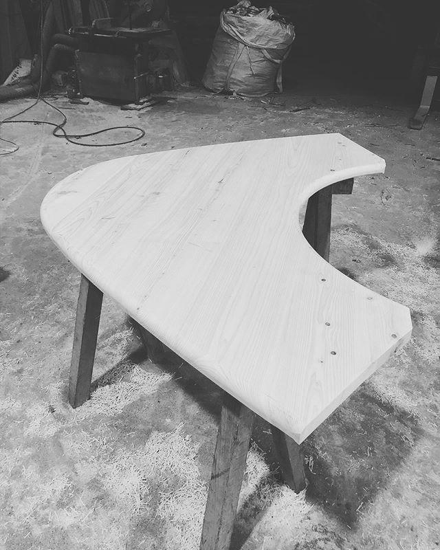 テーブル天板途中経過、面取りすると表情が出てきましたねー存在感あるフォルム。まだまだしっかりサンディングして、3台がぴったり合うように微調整していきます#woodboardkuku#table #那賀町産#ひのき #ヨンロッパ#木沢@mebina