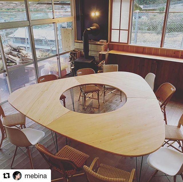 ヨンロッパ食堂に桧のテーブル